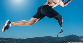 Homme sprintant avec une prothèse de jambe