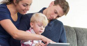Famille avec enfant autiste utilisant une tablette