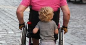 Photo illustrant un parent en situation de handicap et son enfant